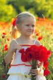 Flicka med vallmo Fotografering för Bildbyråer