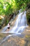 Flicka med vattennedgången Royaltyfria Bilder