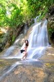 Flicka med vattennedgången Arkivfoto