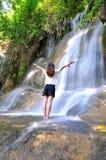 Flicka med vattennedgången Royaltyfri Bild