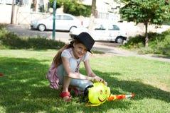 Flicka med vattenpistolen Fotografering för Bildbyråer