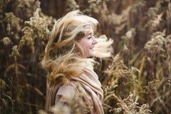 Flicka med vind i hennes hår Royaltyfri Bild