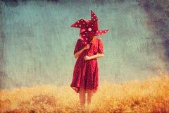 Flicka med vindturbinen Arkivfoto