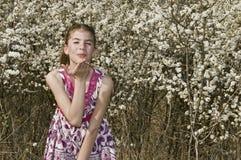Flicka med vita blommor som kastar kyssen Arkivbild