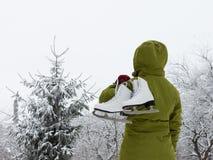 Flicka med vita isskridskor fotografering för bildbyråer