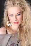 Flicka med vitt hår och röda armband Arkivfoto