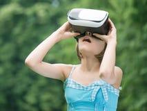 Flicka med VR-exponeringsglas fotografering för bildbyråer