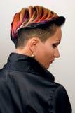 Flicka med yrkesmässigt och stilfullt färga för hår och idérikt smink Royaltyfri Foto