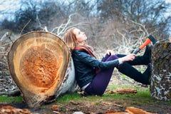 Flicka med yxan Royaltyfri Bild