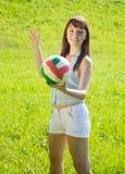 flicka mig leka volleybollbarn Fotografering för Bildbyråer