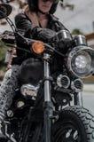 Flicka- & mopedcloseup Royaltyfri Bild
