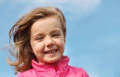 Flicka mot den blåa skyen Royaltyfri Bild