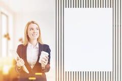 Flicka nära affischen i ett kafé som tonas Arkivbilder