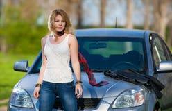 Flicka nära bilen på semester royaltyfri bild