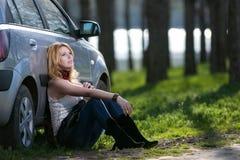 Flicka nära bilen på semester royaltyfria foton