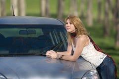 Flicka nära bilen på semester arkivfoto