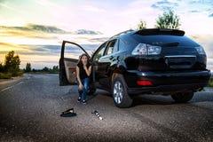 Flicka nära bilen som ser med fasa på locket och taktpinnen av en polis Kvinnlig chaufför som hiting en SNUT Ryssland arkivfoto