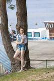 Flicka nära bryggan på sjön Royaltyfri Fotografi