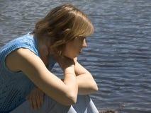 flicka nära damm Arkivfoto