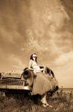Flicka nära den gammala bilen Arkivfoto