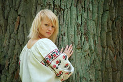 flicka nära den gammala oaken Royaltyfria Bilder
