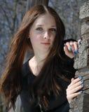flicka nära den gammala tonårs- timmerväggen Royaltyfri Fotografi