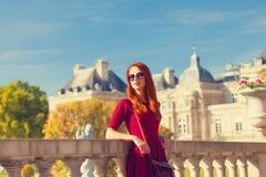 Flicka nära den Luxembourg slotten Royaltyfria Bilder
