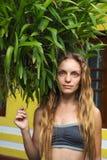 Flicka nära en buske av orkidér royaltyfria bilder