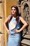 Flicka nära en tappningdörr Royaltyfri Bild