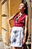 Flicka nära en tappningdörr Royaltyfri Foto