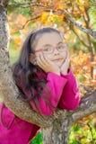 Flicka nära ett träd i parkera Royaltyfria Bilder