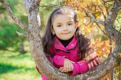 Flicka nära ett träd i parkera Royaltyfria Foton