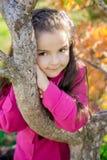 Flicka nära ett träd i parkera Royaltyfri Bild