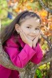 Flicka nära ett träd i parkera Royaltyfri Fotografi