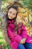 Flicka nära ett träd i parkera Fotografering för Bildbyråer