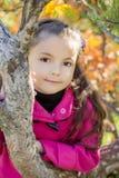 Flicka nära ett träd i parkera Royaltyfri Foto