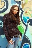 Flicka nära grafittiväggen Fotografering för Bildbyråer