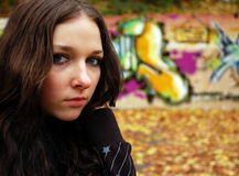 Flicka nära grafittiväggen Royaltyfri Foto