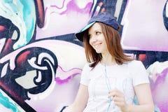 Flicka nära grafittiväggen Royaltyfri Bild