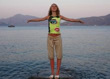 flicka nära havet Royaltyfria Bilder