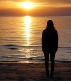 Flicka nära havet Arkivbilder