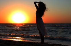 flicka nära havssoluppgång Royaltyfria Foton