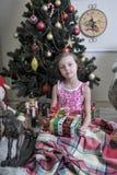 Flicka nära julgran-träd royaltyfri bild