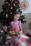 Flicka nära julgran-träd royaltyfri fotografi