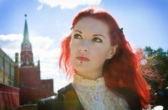 Flicka nära Kremlin Arkivfoton