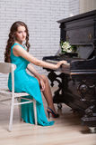 Flicka nära piano Arkivfoto