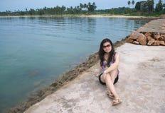 flicka nära rockhavet Fotografering för Bildbyråer