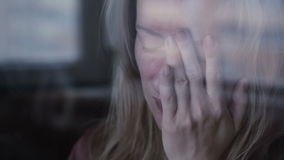 flicka nära SAD fönster lager videofilmer