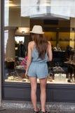Flicka nära skyltfönstret Royaltyfri Foto
