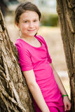 Flicka nära träd Royaltyfri Fotografi